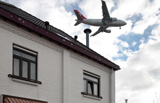 Statenvragen over losgerukte dakpannen bij vliegveld Beek