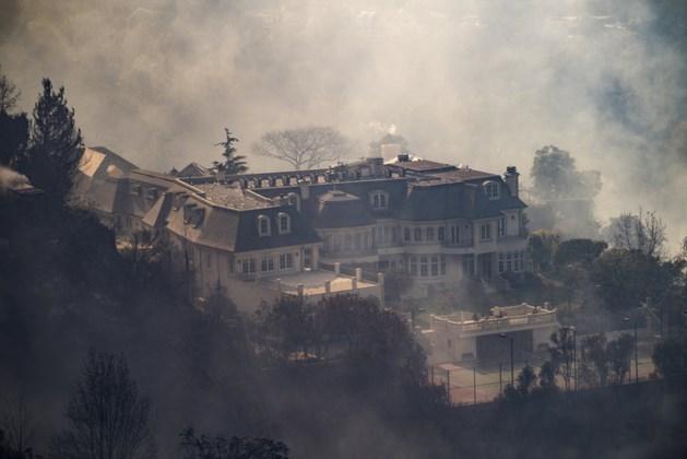 Bosbranden bereiken exclusieve villawijk Los Angeles