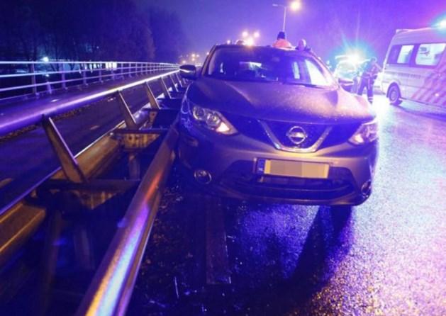 Meerdere auto's botsen in avondspits op viaduct