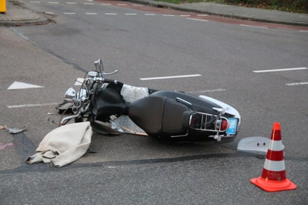 Scooterrijder aangereden en met zwaar hoofdletsel naar ziekenhuis afgevoerd