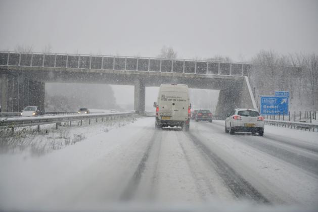 We wisten dat het ging sneeuwen: waarom wordt het dan toch zo'n chaos op de weg?