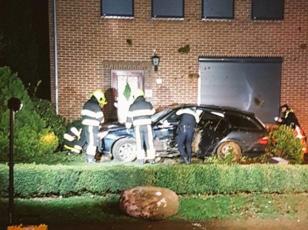 Auto vliegt uit de bocht en belandt tegen huis