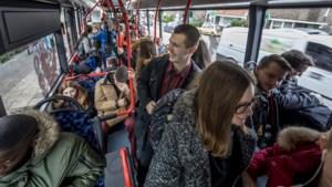 Bussen naar Heerlense scholen 'volgestampt', leerlingen komen te laat