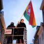 Burgemeester Maastricht plaatst carnavalsvlag op Markt