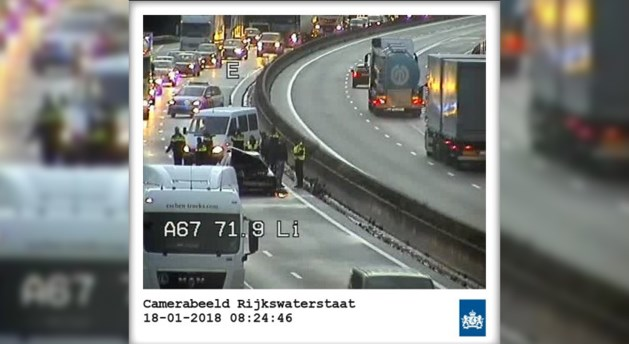 Ongeluk met meerdere voertuigen op A67: rijstrook weer vrij