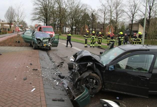 Personenauto's botsen stevig in Venray