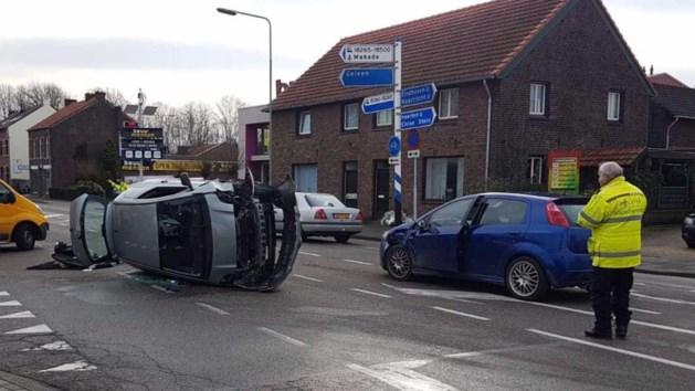 Meerdere auto's botsen in Beek