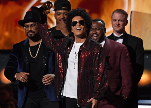 Bruno Mars grote winnaar Grammy's, Clinton verrast met Trump-geintje
