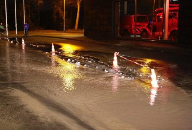 Waterleiding gesprongen: straten staan blank