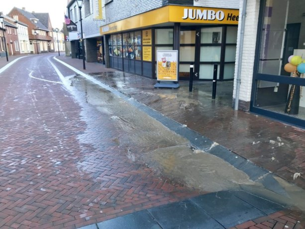Waterleiding defect: water op straat in winkelcentrum