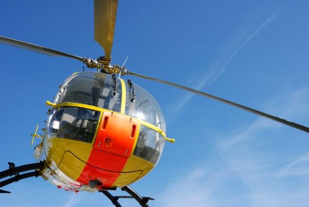 Helikopter scheert laag over mensenmassa: politie zoekt piloot