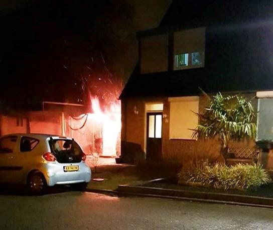 Auto en carports in brand: mogelijke dader vlucht richting kerkhof
