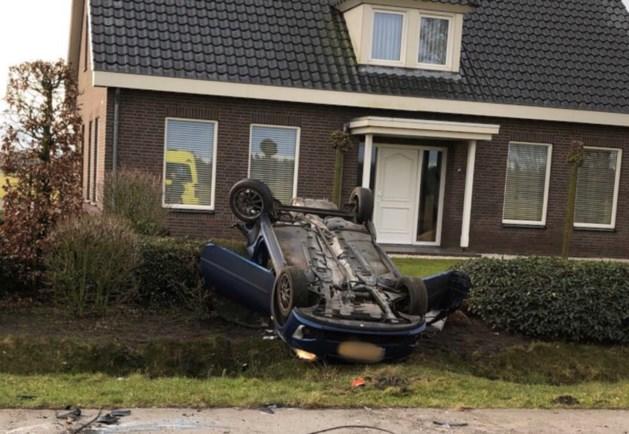 Auto belandt op de kop in tuin van woning