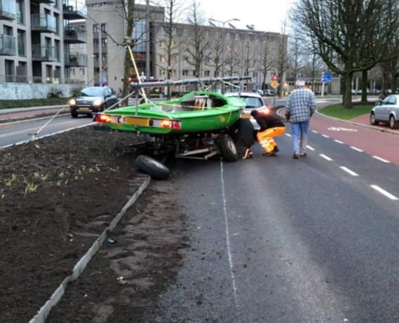 Schip strandt midden op de weg