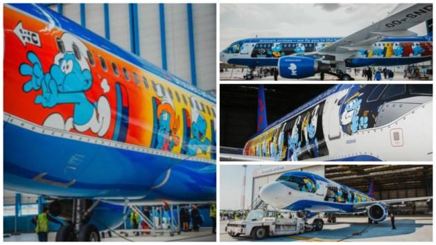 Vliegtuig vol blauwe stripfiguren gesmurft