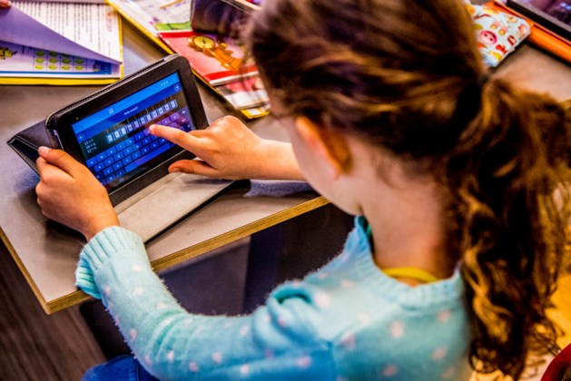 Ouders hebben moeite iPad-gebruik in de hand te houden