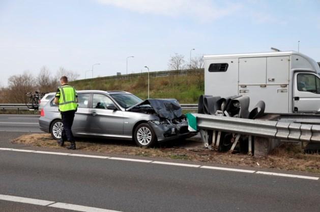 Automobilist ramt vangrail en veroorzaakt file op de A2