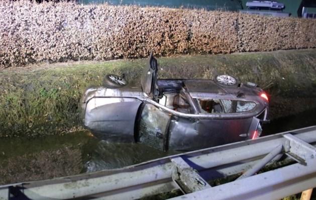 Inzittenden laten auto na ongeluk achter in sloot