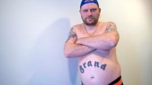 Waar kun je beter het Brand-logo laten tatoeëren dan op je bierbuik?