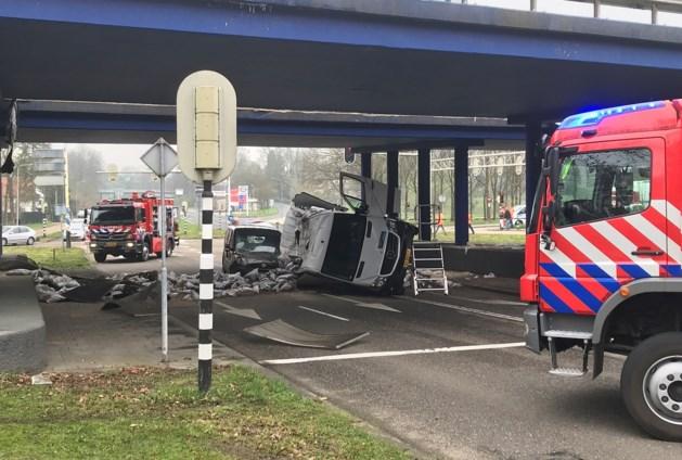 Lading vrachtwagen dondert van viaduct op busjes