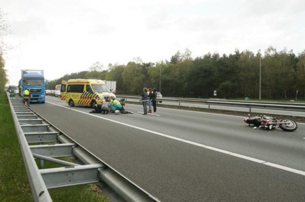 A67 richting Venlo muurvast na ongeluk met motorrijdster
