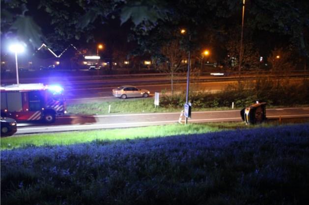 Auto slaat over de kop: gewonde naar ziekenhuis