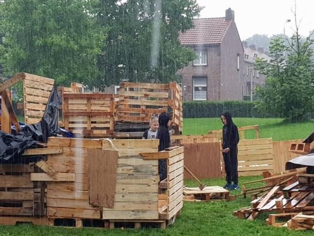 Kindervakantiewerk verandert  Mariaberg in een bouwspeelplaats voor hutten