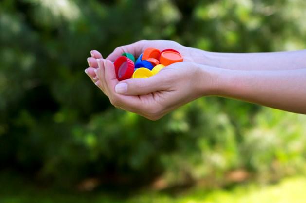 Mensen sparen massaal plastic doppen voor hulphonden