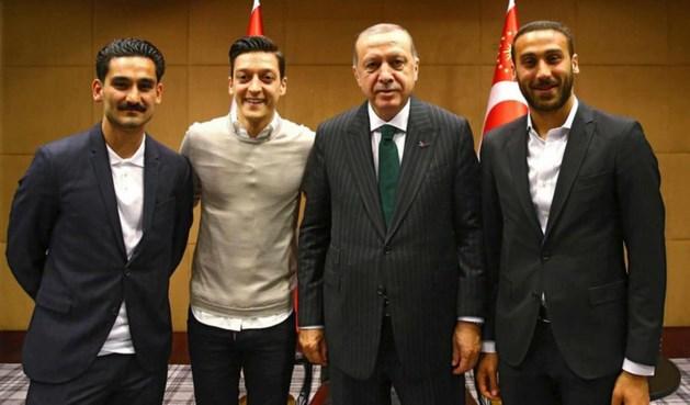 Voetballers Özil en Gündogan geschorst om ontmoeting met Erdogan
