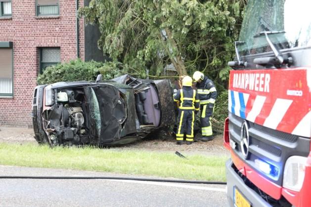 Auto klapt tegen boom bij woning in Susteren, twee gewonden