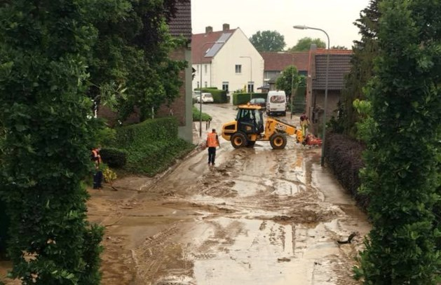Woningen in Schinnen onbewoonbaar verklaard na 'tsunami van modder'