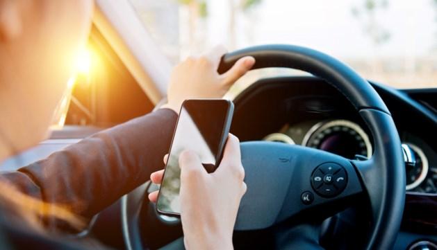 Tientallen chauffeurs op de bon voor gebruik mobieltje