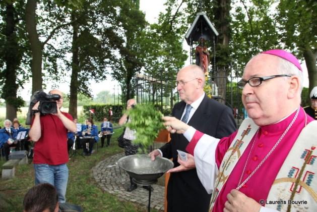 Heiligdomsvaart kijkt met schuin oog naar weergoden bij opening religieus feest