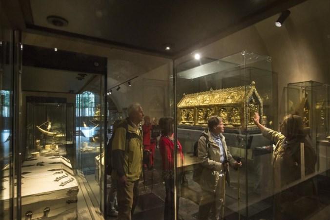 Relikwieën werken als magneet: mensen drukten elkaar zelfs dood