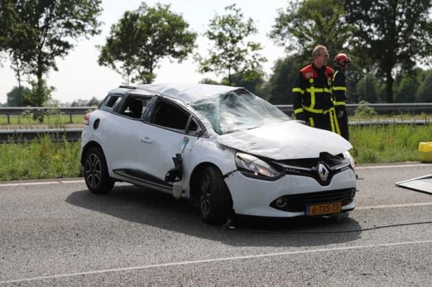 Auto vliegt over de kop op A2 bij Nederweert