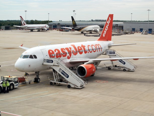 Passagiers bouwen feestje in toestel EasyJet; vlucht geannuleerd