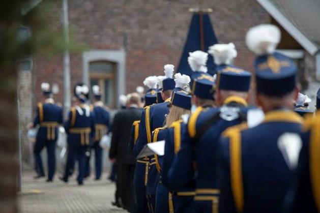 Harmonie en koor luisteren processie Heugem op