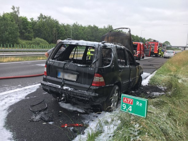 Mercedes brandt uit op A77 bij Heijen