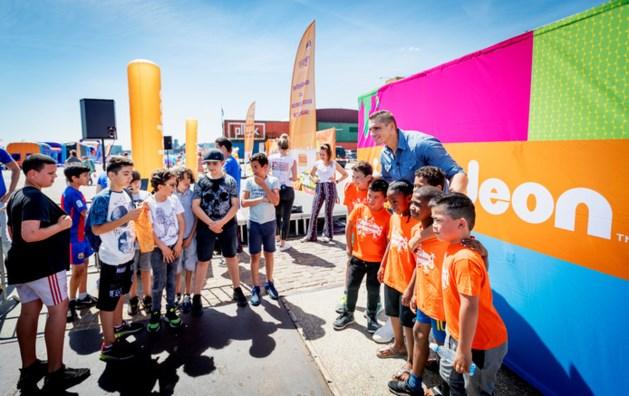 Kinderzender Nickelodeon op zwart voor Buitenspeeldag