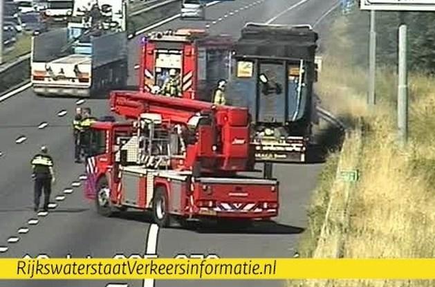 Brand in vrachtwagen op de A2 bij Born, ruim een uur vertraging