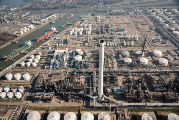 Zeeschip vaart tegen steiger: duizenden liters olie gelekt in haven Rotterdam