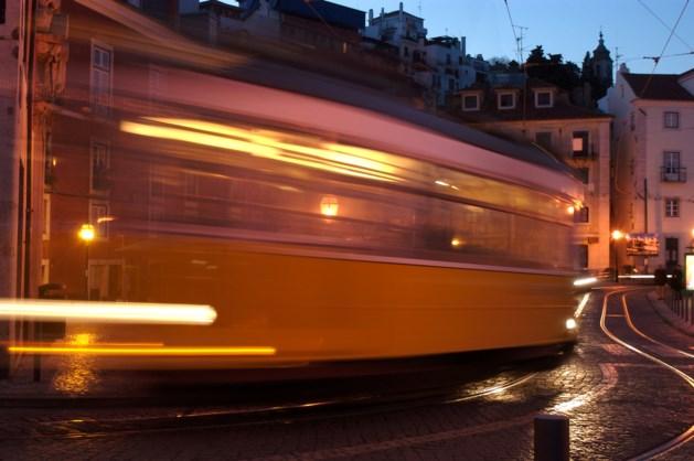 Waaghals dood onder tram in Duitsland