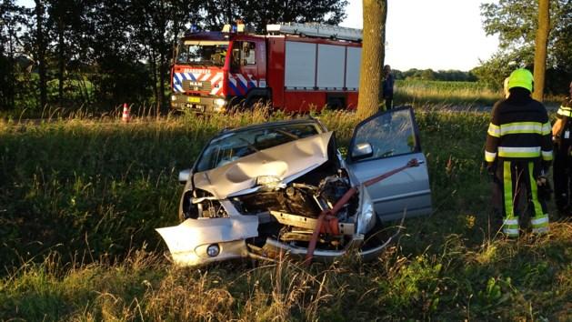 Auto belandt tegen boom in Siebengewald