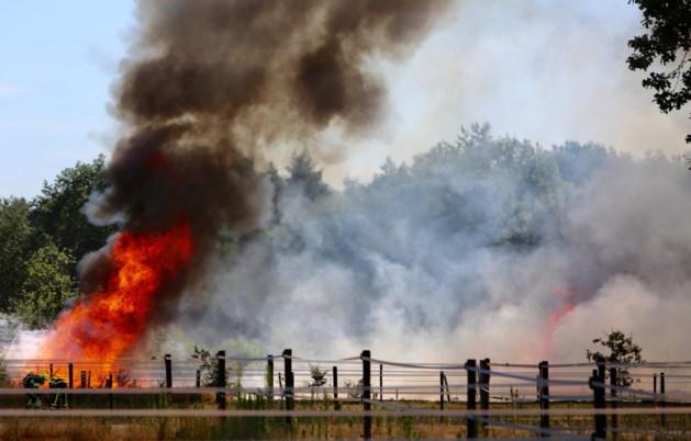 Wei achter woning Heythuysen in brand