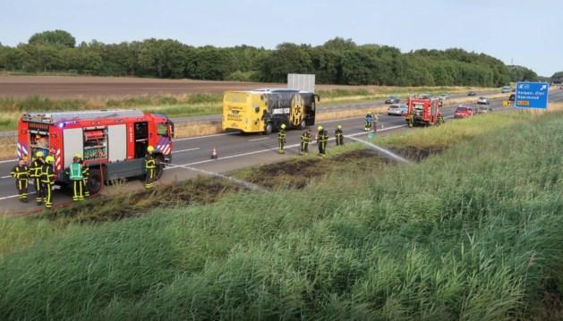 Brandweer blust bermbrand langs A2 bij Weert