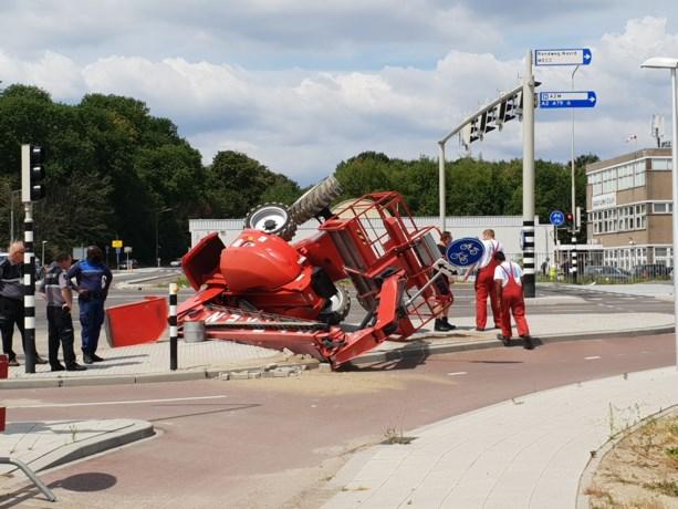 Hoogwerker valt van oplegger in Maastricht
