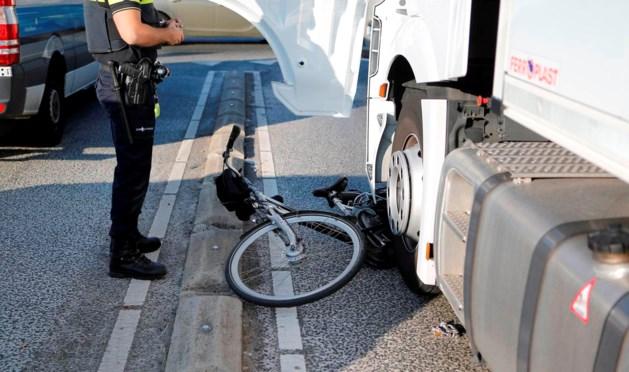 Fietsster komt onder vrachtwagen en raakt gewond