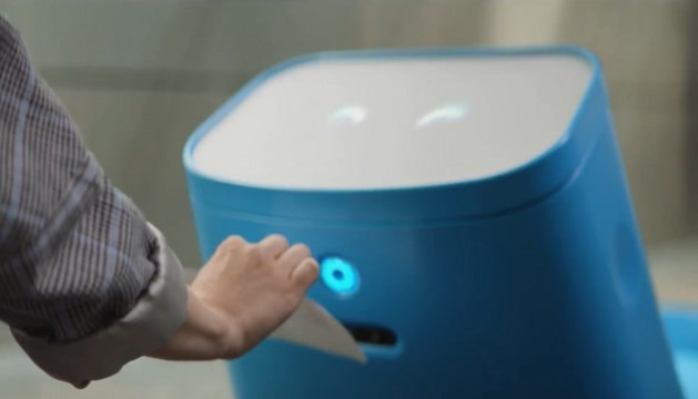KLM's nieuwste snufje: robot Care-E draagt je bagage en 'loopt' met je mee