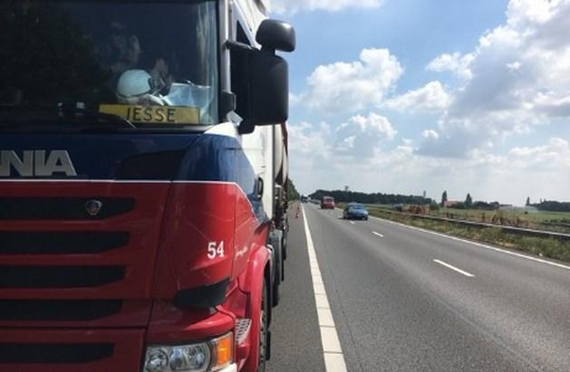 Truck met gevaarlijke stoffen krijgt klapband op A2