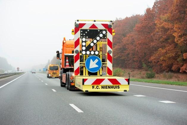 Vrachtwagen rijdt op wegafzetting A2, hinder vroege vakantieganger